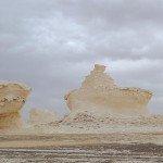 Figurenvielfalt in der Weißen Wüste: vorne ein Dampfer, im Hintergrund ist noch die Henne zu sehen.