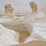 Von Sand und Wind geformter Kalksteinboden in der Weißen Wüste.