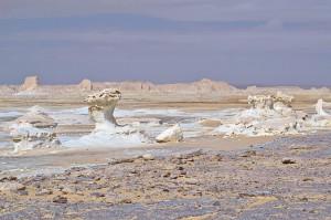Felsen in der Weißen Wüste vor eher lilanem Felsboden.
