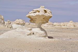 Ein Felsen in der Weißen Wüste mit besonders dünnem Hals.