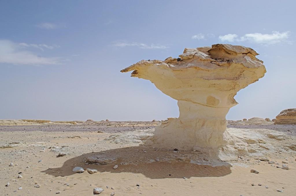 Ein überkragender Felsen in der Weißen Wüste mit Schatten!