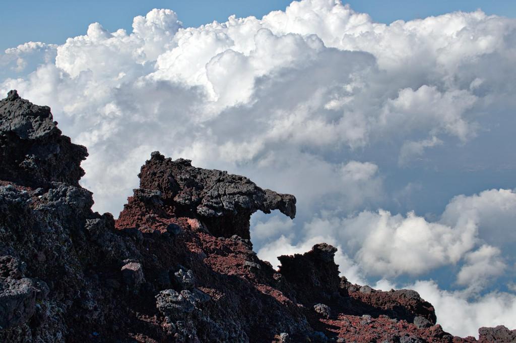 Ein hübscher Lavablock vor den Wolken.