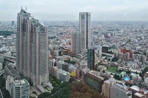 Der Stadtteil Shinjuku in Tokio von der Aussichtsplattform des Rathauses in Richtung Stadtrand.