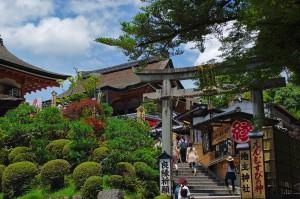 Ein Shinto-Schrein, der einem Liebes-Gott geweiht ist, auf dem Gelände des Kiyomizu-dera Tempels in Kyoto.