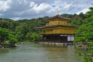 Der goldene Pavillon des Kinkaku-ji Tempels in Kyoto.