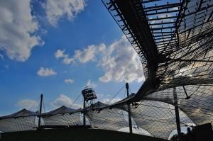 Das Dach des Münchner Olympiastadions im Gegenlicht.