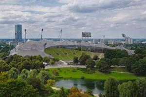 Das Olympiastadion der Spiele 1972 in München mit dem Olympischen Dorf rechts im Hintergrund.