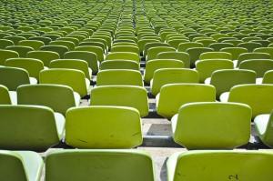 Die Sitzreihen im Olympiastadion in München, von oben.