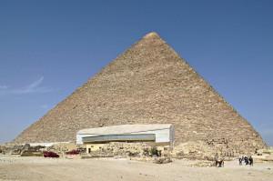 Die größte Pyramide in Gizeh: die Cheops-Pyramide. Im Vordergrund sieht man den Schutzbau für eine Sonnenbarke, die man dort ausgegraben hat.