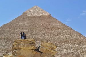Männer auf einem Tempelrest vor der Chephren-Pyramide.