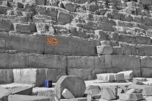 """Schild mit Aufschrift """"No Climbing"""" an der Chephren-Pyramide in Gizeh."""