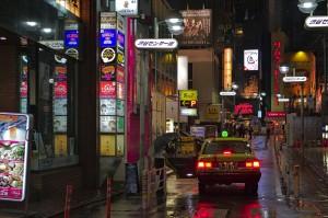 Taxi zwischen Neonreklame im Szene-Viertel Shibuya in Tokio.