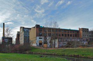 Im Vordergrund ein altes Gebäude der Union Maschinenfabrik, dahinter das Poelzig-Areal in Chemnitz, Zwickauer Straße 108