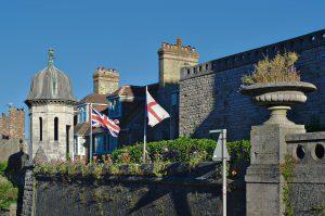 Britische und englische Flaggen in Swanage.