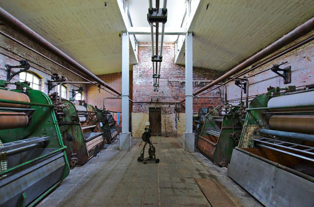 Maschinen zum Waschen des fertigen Stoffes. Mit dem kleinen Gestell in der Mitte wurden die Stoffbahnen in den Trommeln zu einer Schlaufe zusammengenäht.