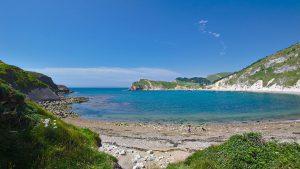 Ein flacher Blick auf die kreisrunde Bucht Lulworth Cove im Süden Englands.