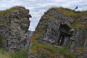 Reste der Mauer von Corfe Castle.