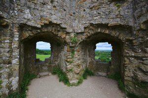 Blick aus den Fenstern eines Mauerrests von Corfe Castle.