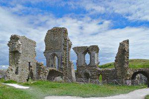 Mauerreste der Hauptgebäude von Corfe Castle.