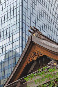 Der Giebel eines Tempels vor einem Bürohochhaus in Shinjuku, Tokio.