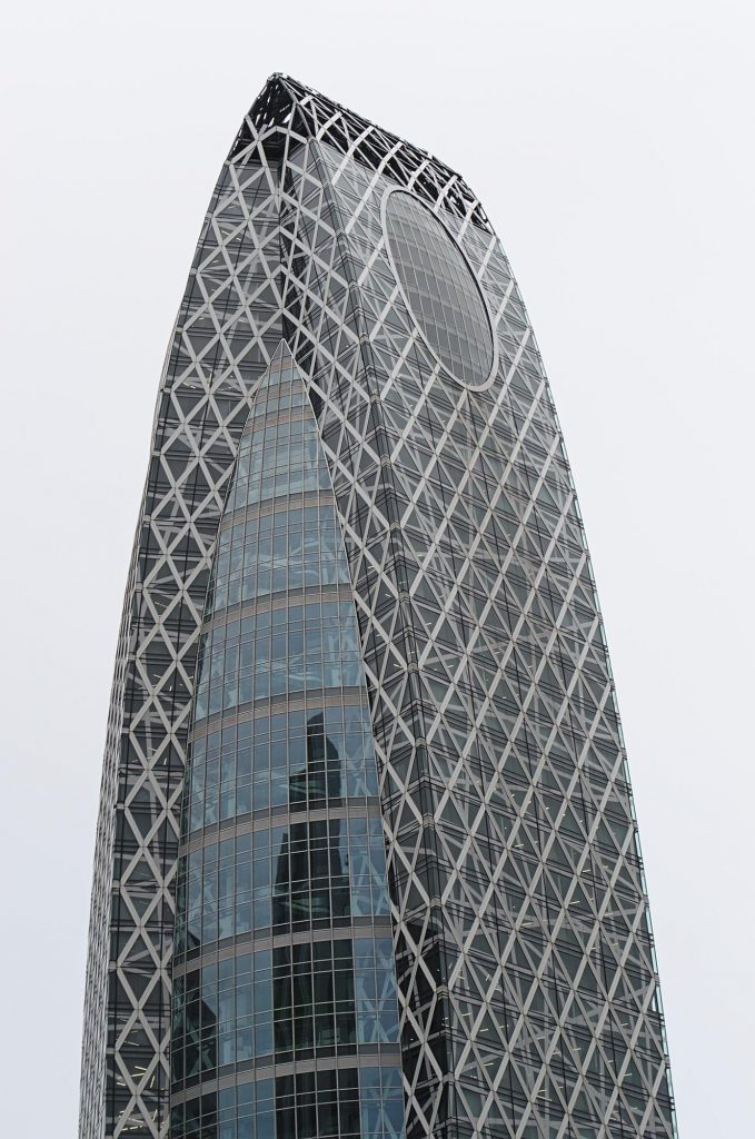 Eine Hochhausspitze in Shinjuku, Tokio.