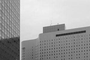 Zusammenspiel zweier Gebäude in Shinjuku, Tokio.