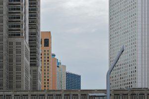 Aneinandergereihte Hochhäuser in Shinjuku, Tokio.