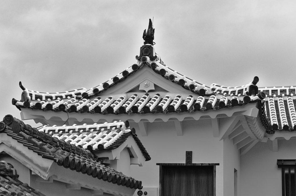 Dächer einer Zwischenmauer der Burg Himeji.