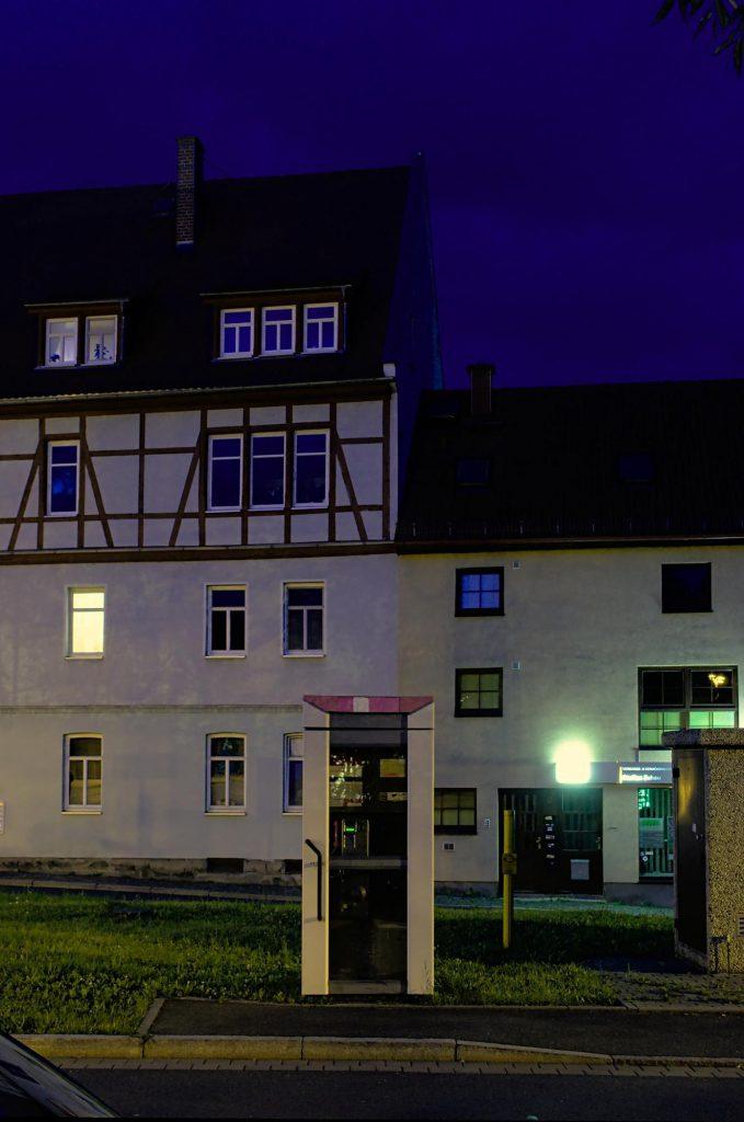 Jena, Camsdorfer Ufer, TelH 90 an der Camsdorfer Brücke ohne Beleuchtung im Juli 2014. Auch im Februar 2017 noch dort.