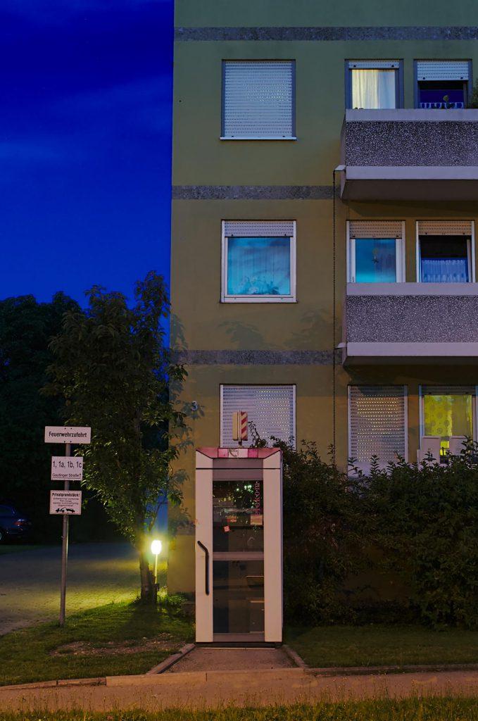 Stockdorf, Gautinger Straße, TelH 90 vor einem Mehrfamilienhaus im August 2014. Schon im September 2014 wahrscheinlich nicht mehr vorhanden.