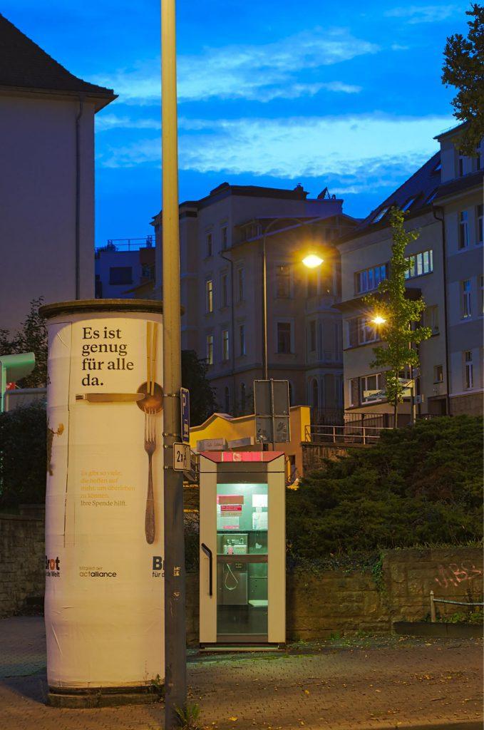 Jena, Westbahnhofstraße/Ernst-Haeckel-Straße, TelH 90 vor einem Ärztehaus im Oktober 2014.