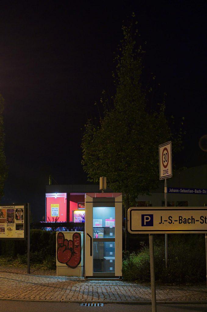 Mittweida, Weberstraße/Kreisel TelH 90 vor einem Supermarkt im Oktober 2014.