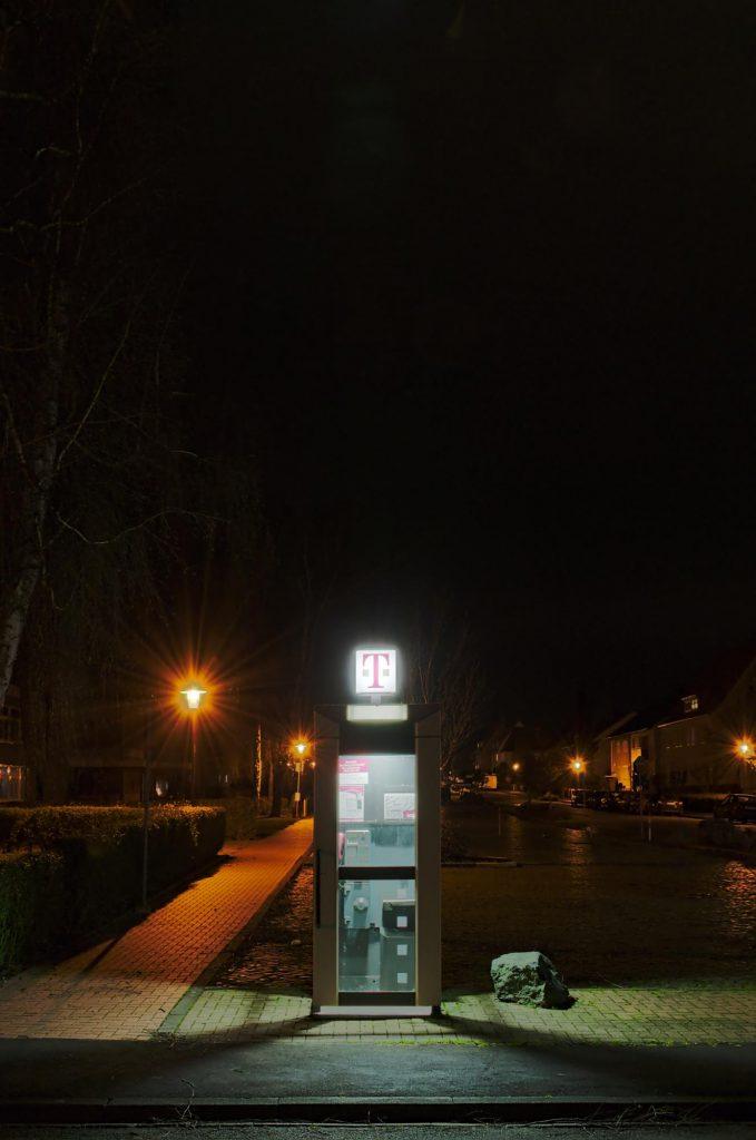 Elze, Harmann-Löns-Straße, TelH 90 vor der Grundschule im Dezember 2014, auch im Februar 2017 noch an Ort und Stelle.