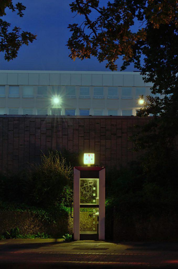 Hannover, Glocksee, rechte Seite von TelH 90 vor dem Gelände des örtlichen Energieversorgers. Meine erste Telefonzelle, fotografiert im Juli 2013.