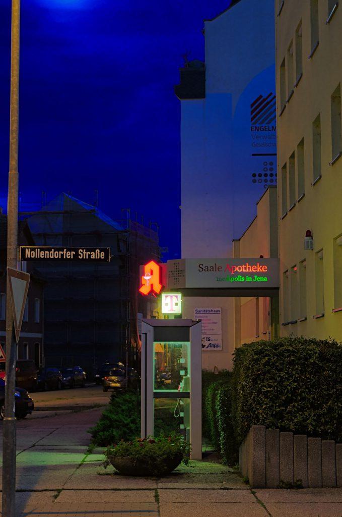 Jena, Nollendorfer Straße, TelH 90 von der rechten Seite vor einem Ärztehaus im August 2014, im Februar 2017 noch vorhanden.