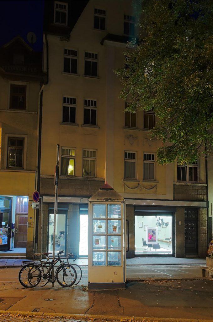 Jena, Johannisplatz, TelH 90 Sh (für Stadtbild historisch). Der Platz wird seit 2016 komplett neu gestaltet, die Telefonzelle existiert nicht mehr. Schon bei der Aufnahme 10/2014 war kein Telefon mehr vorhanden.