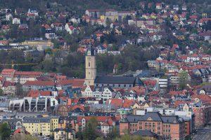 Blick auf die Stadtkirche von Jena mit dem Marktplatz davor.