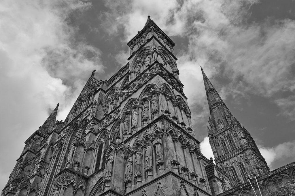 Portal und Turm der Kathedrale von Salisbury, Südengland