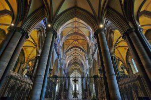 Blick vom Altarraum in das östliche Hauptschiff der Kathedrale von Salisbury