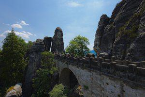 Blick entlang der Basteibrücke auf das Neurathener Felsentor an ihrem Ende.