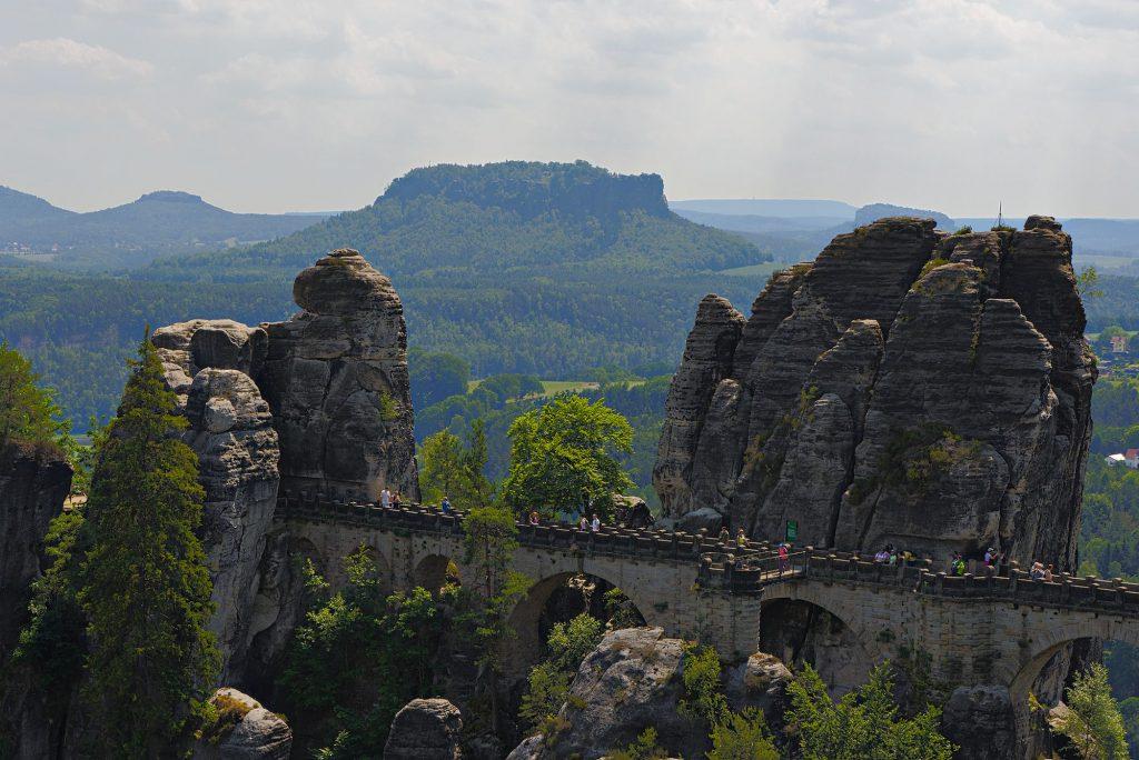 Die Bastei im Elbsandsteingebirge mit dem Lilienstein im Hintergrund.