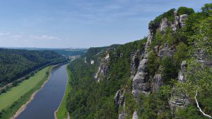 Blick flussabwärts auf die Elbe entlang des Basteifelsens.