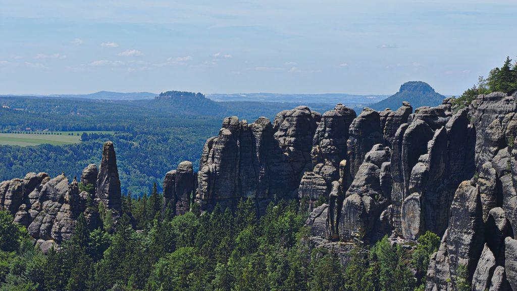 Königstein und Lilienstein in der Ferne hinter den Ausläufern der Schrammsteine.
