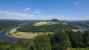 Blick von der Festung Königstein auf den Elbbogen mit dem Lilienstein in der Mitte.