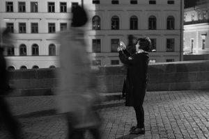Asiatische Touristin auf der Karlsbrücke, bei dem was asiatische Touristen in Prag halt so machen.