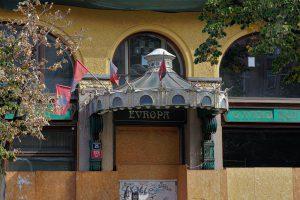 """Geschlossener Eingang des leer stehenden """"Grand Hotel Europa"""" am Wenzelsplatz in Prag."""