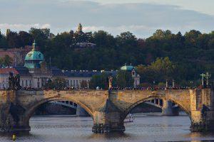 Zwei der 16 Bögen der Karlsbrücke über die Moldau in Prag mit den üblichen Touristenmassen darauf.