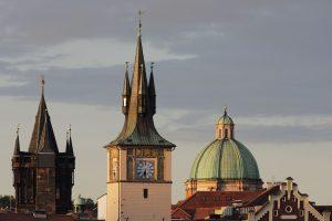 Türme am rechten Ende (flussabwärts) der Karlsbrücke in Prag.
