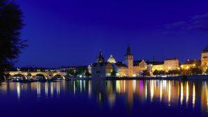 Blick auf die Karlsbrücke und die Prager Altstadt über die Moldau.