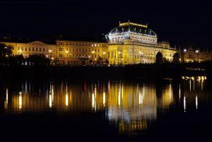 Das Nationaltheater in Prag und seine Spiegelung in der Moldau.